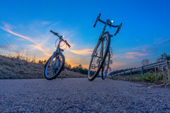 Två cyklar på solnedgången Royaltyfria Bilder