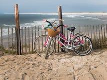 Två cyklar på stranden Arkivbilder