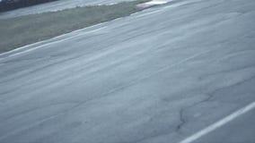 Två cyklar passerar ett rakt avsnitt av konkurrens och kommer in i en vänd arkivfilmer