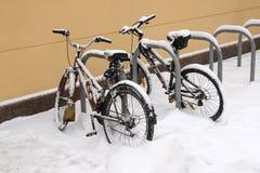 Två cyklar som fästas i parkeringen Arkivbilder