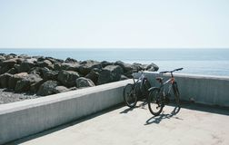 Två cyklar som parkeras nära en strand royaltyfria foton