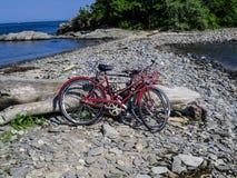 Två cyklar som parkeras på en havsida Royaltyfri Foto