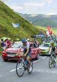 Två cyklister på sänkan de Peyresourde - Tour de France 2014 Fotografering för Bildbyråer