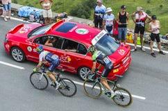 Två cyklister på sänkan de Peyresourde - Tour de France 2014 Arkivbild