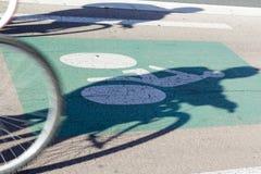 Två cyklister rider cykelbanan Arkivfoto