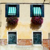Två dörrar och husbyggnad för två fönster arkivfoton