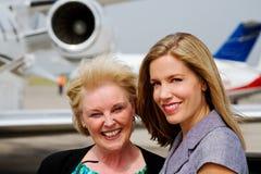 Två damer som är klara att stiga ombord strålen Royaltyfria Foton