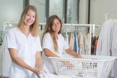 Två damer som arbetar i tvätteri fotografering för bildbyråer