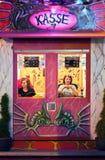 Två damer som säljer biljetter på Oktoberfesten Arkivfoto