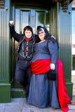 Två damtoalett som bär mans och kvinnas dräkt på den gotiska helgen. Arkivbilder