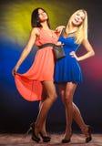 Två dansa kvinnor i klänningar Arkivbild