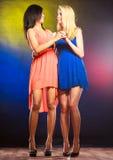 Två dansa kvinnor i klänningar Fotografering för Bildbyråer
