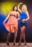 Två dansa kvinnor i klänningar Royaltyfria Foton