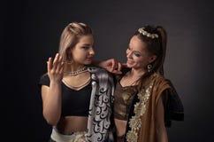 Två dansa unga kvinnor i den nationella indiska dräkten Arkivbilder