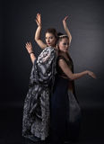 Två dansa unga kvinnor i den nationella indiska dräkten Arkivbild