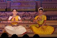 Två dansare som utför den Odisi dansen Royaltyfri Bild