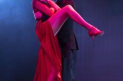 Två dansare som utför tango royaltyfri foto