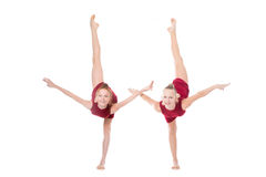 Två dansareflickor som gör den stående backbenden Fotografering för Bildbyråer
