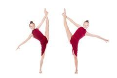 Två dansareflickor som gör stående splittringar Fotografering för Bildbyråer