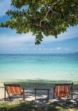 Två deckchairs på stranden i Thailand Arkivbild