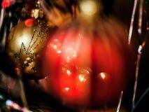 Två dekorativa bollar för jul, rött och guld- Arkivbilder