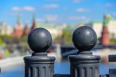 Två dekorativa staketspjutspetsar på bakgrunden av den blury Kreml- och Moskvafloden i den historiska mitten av Moskva Royaltyfri Foto