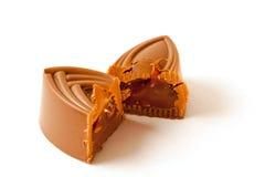 Två delar av den klippta chokladgodisen Royaltyfri Bild