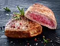 Två delar av lutar klippt grillad nötköttbiff Fotografering för Bildbyråer