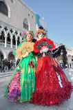 Två deltagare i den venetian karnevalet. Royaltyfri Fotografi