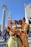 Två deltagare i den venetian karnevalet. Royaltyfria Foton