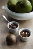 Två disk av mangochutney royaltyfri fotografi