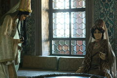 Två dockor i inre av haremmen royaltyfri bild