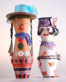 Två dockor som göras av potholders Arkivfoto