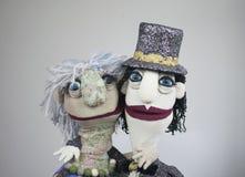 Två dockor som kramar ståenden på vit bakgrund Royaltyfri Fotografi