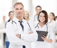 Två doktorer i sjukhus royaltyfria foton