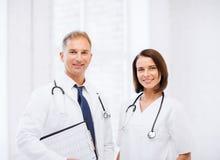 Två doktorer med stetoskop royaltyfri bild