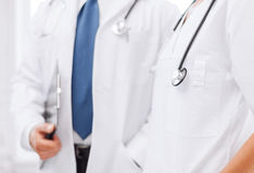 Två doktorer med stetoskop arkivbild