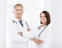 Två doktorer med stetoskop fotografering för bildbyråer