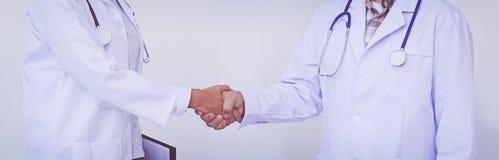 Två doktorer skakar deras händer Medicinsk handskakning arkivfoton