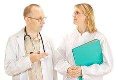Två doktorer som diskuterar Royaltyfria Bilder