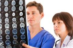 Två doktorer som ser tomogramen Royaltyfria Bilder