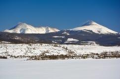 Två dolda bergmaxima för snö på en kall vinterdag Fotografering för Bildbyråer