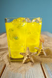 Två drinkar på blå bakgrund Royaltyfria Bilder