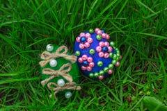 Två easter ägg i grönt gräs Royaltyfri Bild