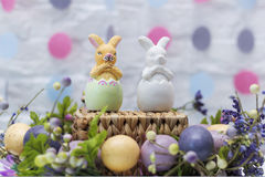 Två easter kaniner i äggen lyckliga easter Klart kort Arkivbild