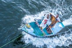 Två egyptier i en liten roddbåt som säljer scarves arkivfoto