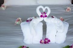 Två elefanten och hjärta som göras från handdukar på bröllopsresa, bäddar ned Royaltyfri Fotografi