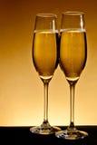 Två eleganta champagneexponeringsglas Royaltyfria Bilder