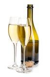 Två eleganta exponeringsglas av champagne på bakgrunden av den bruna flasknärbilden på en vit festlig livstid fortfarande Arkivbild