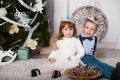 Två eleganta lilla ungar i krona Arkivfoto
